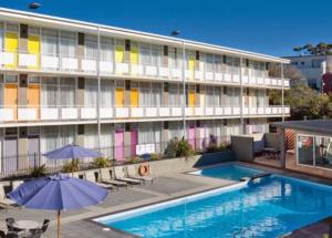 Vibe Carlton プールが付いている。部屋はアパート風である。
