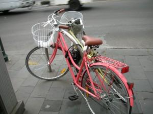 自転車はフェンスにチェーンで巻き付ける