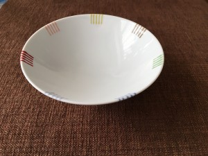 軽妙な茶碗、裏には「も」と印字されている。
